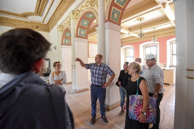 W Pałacu Dąmbskich w Toruniu trwa przebudowa. We wtorek (24 lipca) remontowaną siedzibę Teatru wizytował marszałek Piotr Całbecki