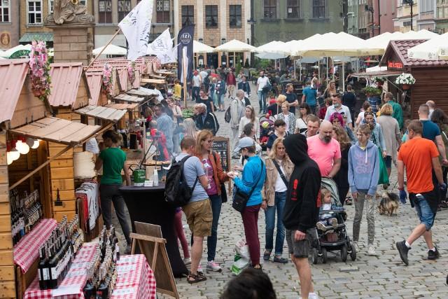 Na poznańskim Starym Rynku stanęło mnóstwo drewnianych domków i kramów. Będą one czynne codziennie godz. 10-21. Tegoroczny Jarmark Świętojański potrwa do 27 czerwca. Przejdź dalej --->