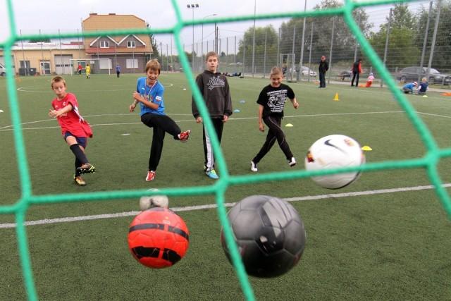 """Gdzie we Wrocławiu można uprawiać sport """"pod chmurką""""? Macie ochotę pograć w tenisa, piłkę nożną lub koszykówkę? Zachęcamy, bo ruch to zdrowie, zwłaszcza na świeżym powietrzu. Oto niektóre boiska, z których można skorzystać bezpłatnie. Do kolejnych zdjęć z lokalizacją boisk można przejąć również za pomocą strzałek lub gestów."""