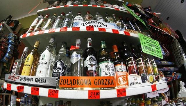 """Koniec tzw. """"Małpek"""" z alkoholem. Rząd chce walczyć a alkoholizmem wśród Polaków. Likwidacja albo zaporowa akcyza, bo pijemy za dużo?"""