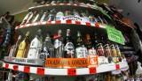 Małpki z wódką będą zbyt drogie. Rząd chce walczyć z alkoholizmem wśród Polaków. Likwidacja albo zaporowa akcyza. Pijemy za dużo?