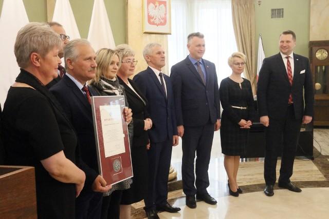 Za deklaracje anty-LGBT Przemysław Czarnek wręczał medale