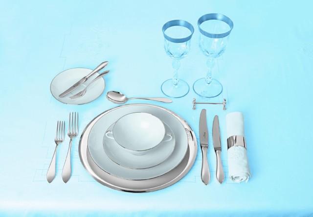 Ułożenie sztućców na stoleSztućce układamy po obu stronach talerza w takiej kolejności, w jakiej są używane: najdalej od talerza są te, którymi posłużymy się najpierw