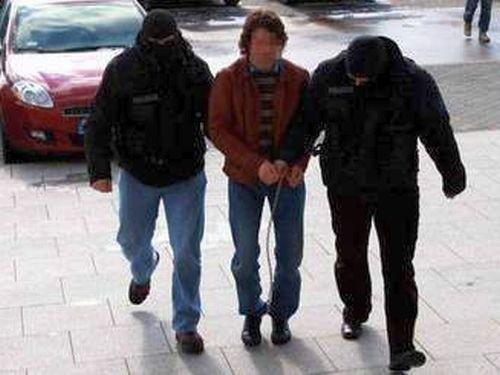 Daniel R. spinaczem otworzył kajdanki, uciekł z konwoju. W sądzie przeprosił funkcjonariuszy, że przez niego mieli kłopoty w pracy.