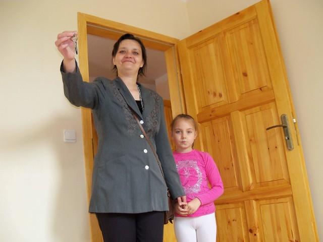 Katarzyna Guzowata z córką DominikąTu jest super! - Katarzyna Guzowata z córką Dominiką z radością oglądały w środę swoje nowe mieszkanie w bloku socjalnym w Łące Prudnickiej.