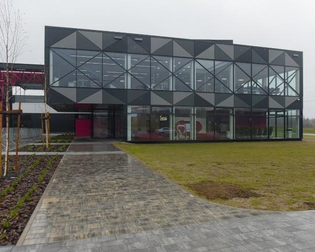 Nawet 500 osób znajdzie pracę w supernowoczesnym Centrum Logistycznym firmy TME, które powstaje na granicy Łodzi i Rzgowa. Jeden z największych łódzkich pracodawców właśnie rekrutuje nowych pracowników.Czytaj więcej na następnej stronie
