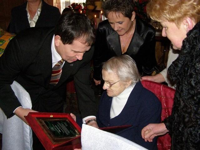Szanownej jubilatce gratuluje Michał Grabski, wójt gminy Osie