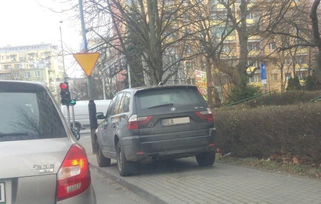 Kierowca BMW najwyraźniej zapomniał, do czego służą chodniki. Rzeszów, ul. Konopnickiej.Zobacz też: Mistrzowie parkowania na ulicach i chodnikach Przemyśla