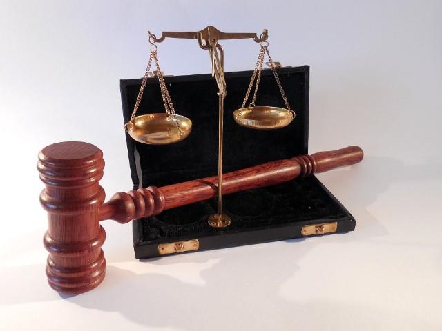 Rzecznik prasowy Izby Notarialnej twierdzi, że prawo nie pozwala wszcząć postępowania dyscyplinarnego, jeśli od wątpliwego aktu minęło więcej niż 5 lat.
