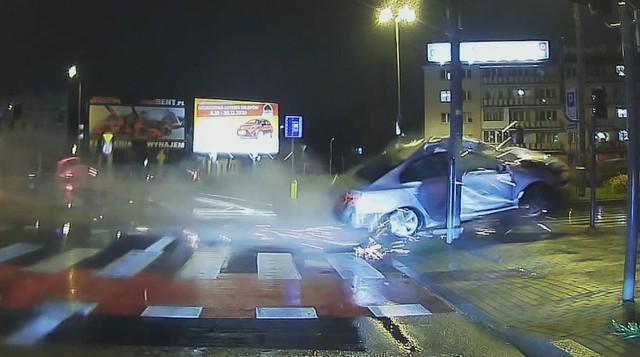 Białystok. Wypadek przy kościele Rocha. Naćpany kierowca przeleciał nad trawnikiem i rozbił się na światłach