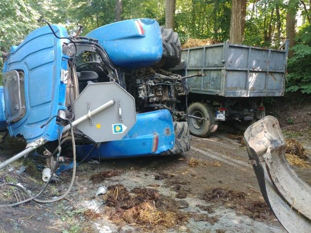 Brzesko. Ciągnik z dwiema przyczepami przewrócił się na drogę, 8-letnie dziecko trafiło do szpitala śmigłowcem LPR, 3.08.2021