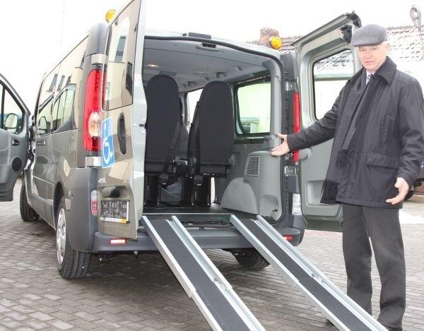 Bus jest wyposażony w specjalny podjazd i mocowania wózków  wewewnątrz kabiny - mówi Jan Fujak, prezes zarządu Przedsiębiorstwa Gospodarki Komunalnej i Mieszkaniowej SP z o.o.