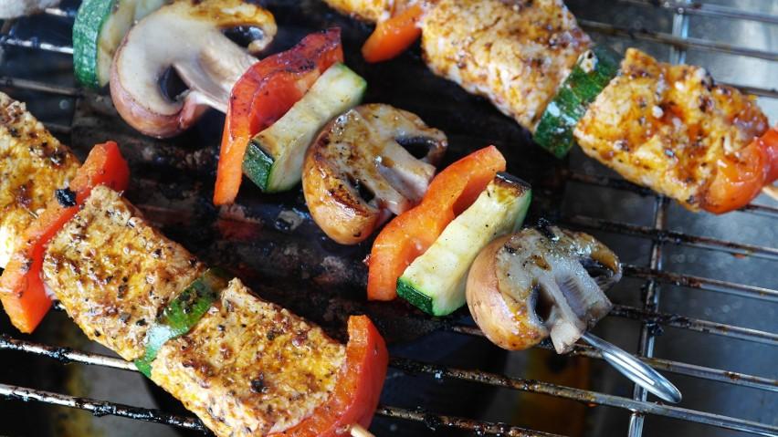 Głównym zagrożeniem podczas grillowania potraw mięsnych jest...