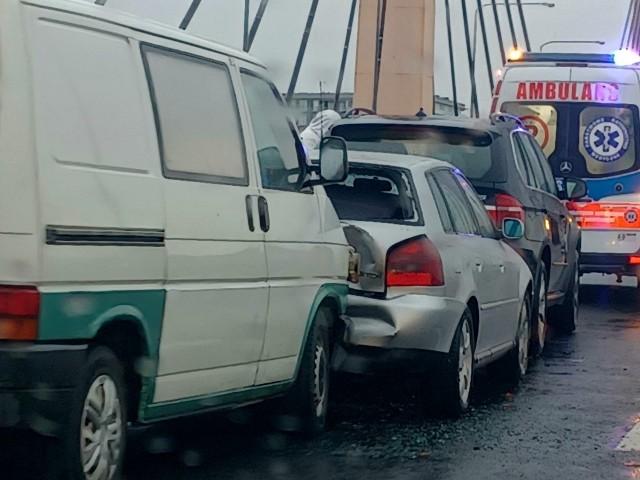 Według wstępnych ustaleń, dostawczy volkswagen uderzył w tył audi, które następnie uderzyło w BMW