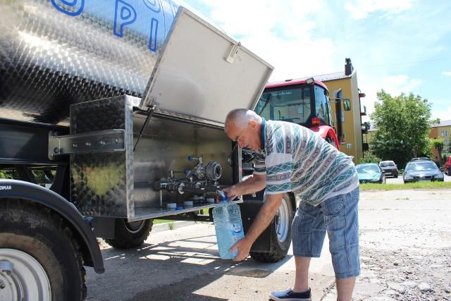 Krzysztof Chodacki przyszedł wczoraj po wodę do beczkowozu stojącego na os. Chemików w Alwerni
