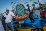 Morska Pielgrzymka Rybacka do Pucka. Dziesiątki ludzi na kutrach, w puckim porcie i przed kościołem tłumy z różańcami i aparatami ZDJĘCIA