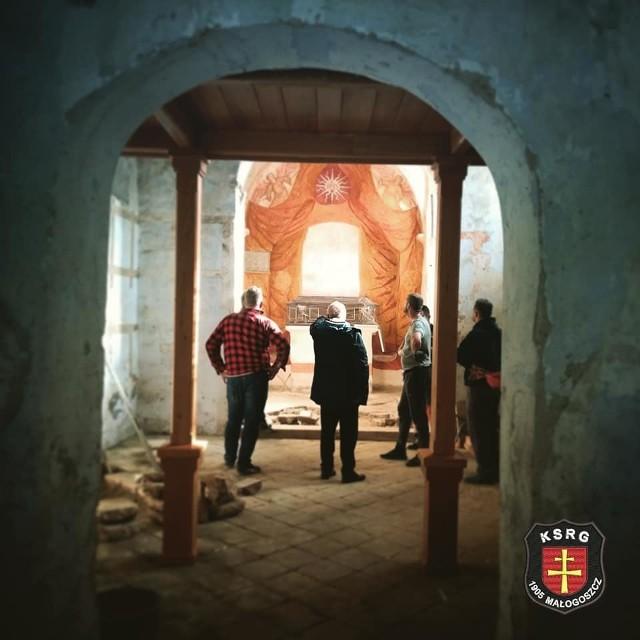 Strażacy z Małogoszcza podjęli się prac remontowych przy elewacji zabytkowego kościółka na Babinku. Brawo druhowie!