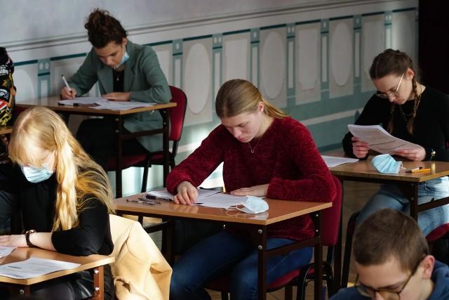 Trzeciego dnia odbędzie się egzamin z języka angielskiego na poziomie podstawowym. Publikujemy arkusze CKE i odpowiedzi z egzaminu z języka angielskiego na poziomie podstawowym.Sprawdź arkusze---------->