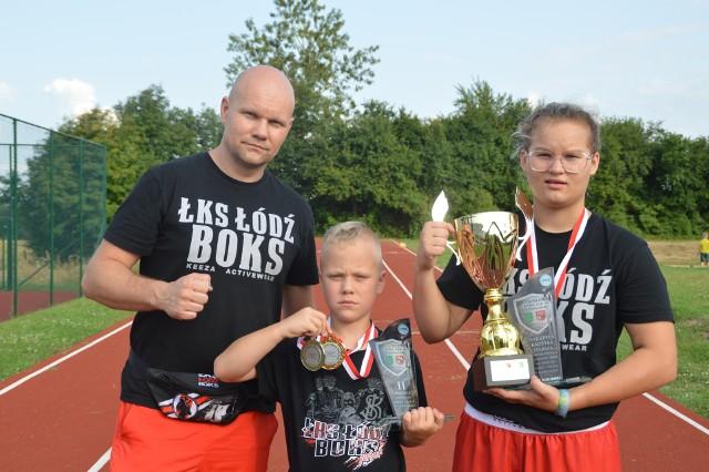 Od prawej: Amelia Kostrzewa, Michał Goliński, trener Grzegorz Goliński