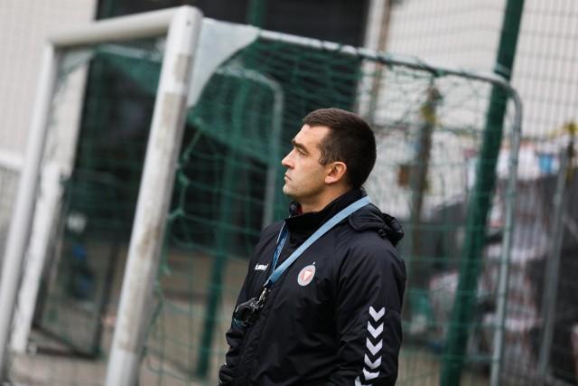 Trener Garbarni Łukasz Surma uważnie przyglądał się m.in. testowanym piłkarzom