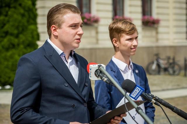 W poniedziałek, 2 sierpnia, członkowie bydgoskiego koła Porozumienia Jarosława Gowina zorganizowali pod bydgoskim ratuszem konferencję prasową dotyczącą płyty Starego Rynku