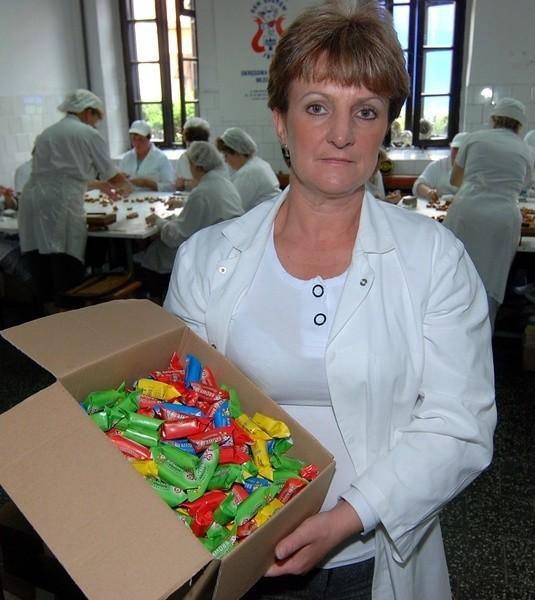 Maria Kargul prezentuje pudełko pełne krówek.