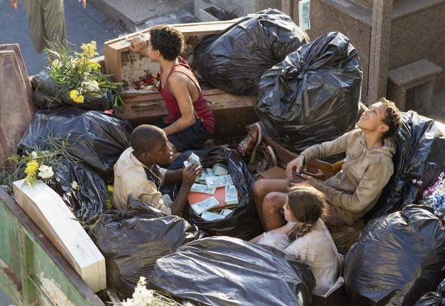 Młodzi mieszkańcy wysypiska śmieci przeżyją policyjny pościg i zdobędą to, czego się zupełnie nie spodziewali. Ale pozostaną czyści i niewinni.