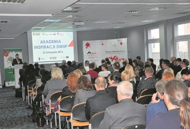 Dolnośląski Wojewódzki Urząd Pracy pomaga wykorzystać środki z Unii Europejskiej. Na spotkaniu w Legnicy pojawiło się ok. 140 osób z sektora szkoleń i doradztwa.