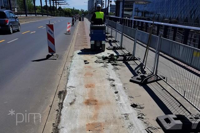Trwają prace rozbiórkowe, związane z przebudową schodów po południowej stronie mostu Dworcowego, prowadzących na plac przed gmachem starego dworca Poznań Główny, oraz z wymianą zniszczonej nawierzchni chodnika na południowym moście Dworcowym.