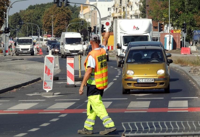 """Poprawić się ma stan kilku ulic we wschodniej części miasta. Na ukończeniu jest remont ul. Barwnej. Zakres prac - standardowy, czyli wymiana nawierzchni, chodników, wjazdów i słupów oświetleniowych. Czytaj: Ile zarabiają zawodowi kierowcy? Sprawdż stawki! Ulice Płaska i Wałdowska (tereny po fabryce """"Elana"""") zostały na nowo uzbrojone i pokryte asfaltem, powstały tam chodniki i miejsca postojowe, a także rondo. Trwają prace wykończeniowe. Powstanie ulica dojazdowa do Osiedla Piernikowego (na terenie po Zakładach Mięsnych).Polecamy: Wojsko sprzedaje swoje samochody. Co i za ile można kupić?"""