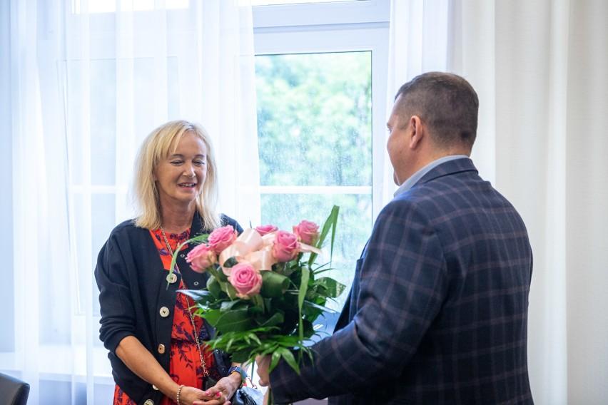 Prezydent Jacek Wójcicki i wiceprezydent Małgorzata Domagała uroczyście pożegnali, odchodzącą na emeryturę, Marię Traczyk, dyrektorkę Szkoły Podstawowej nr 15