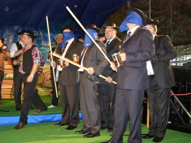 Dyrektorzy trzech hut z zawiązanymi oczami mieli za zadanie specjalnymi dzidami jak najszybciej przebić balony