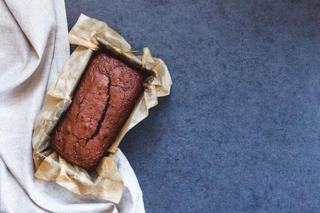 Oczywiste jest, że papier do pieczenia ma wiele zastosowań w sferze kulinarnej. Jednak jest to produkt, który z powodzeniem przyda się nie tylko w kuchni. Oto kilka nietypowych i zaskakujących zastosowań papieru woskowanego.