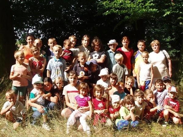 Dzieci z dziecińca w Drożdzienicy podczas  wycieczki do lasu.