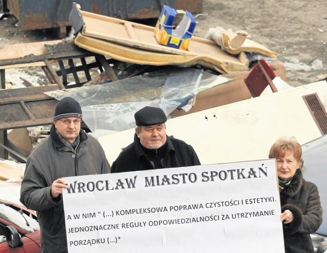 Bożena Michalak i Henryk Kasiuk (w środku) z innymi walczą, aby wspólnoty przy ul. Jedności Narodowej miały porządne podwórko