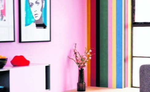 Im intensywniejsze barwy na ścianach, tym jaśniejsze powinno być  oświetlenie
