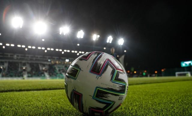W związku ze zniesieniem kolejnych obostrzeń od 19 czerwca mecze Fortuna 1 Ligi i 2 ligi będą się mogły odbywać z udziałem publiczności. Wprawdzie chodzi o 25% pojemności każdego stadionu, ale dla fanów piłki nożnej to i tak świetna wiadomość. Jakie mecze będą mogli zobaczyć kibice na Podkarpaciu?