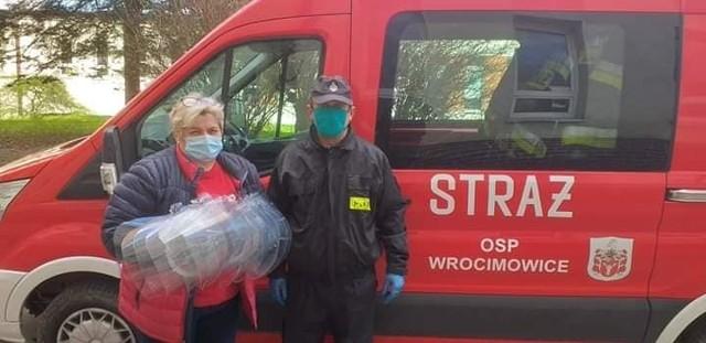 Pomoc dla szpitala płynie z różnych źródeł. Kilka dni partię materiałów przekazali druhowie z OSP Wrocimowice