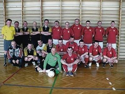 Wspólne zdjęcie futsalowej reprezentacji Polski oldbojów i drużyny zakopiańskich oldbojów Fot. Zdzisław Karaś