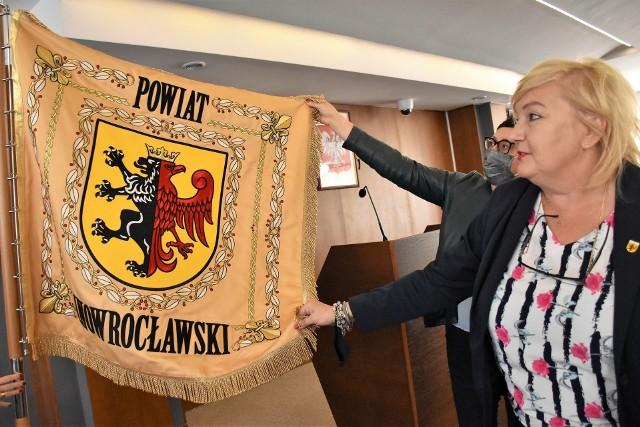 Nowy sztandar powiatu, który na zdjęciu prezentuje starosta Wiesława Pawłowska, ustawiono już w dopiero co wyremontowanej sali sesyjnej rady powiatu