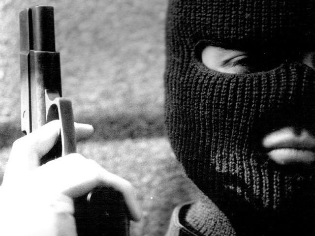 Napastnicy byli ubrani w kominiarki i mieli przy sobie broń. Do napadu doszło pod sklepem.