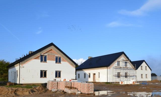 W domach I etapu osiedla Przy Jeziorach trwają ostatnie prace. Wkrótce nowi właściciele będą mogli się wprowadzać. Jeszcze pół bliźniaka (jedno mieszkanie) jest na sprzedaż.