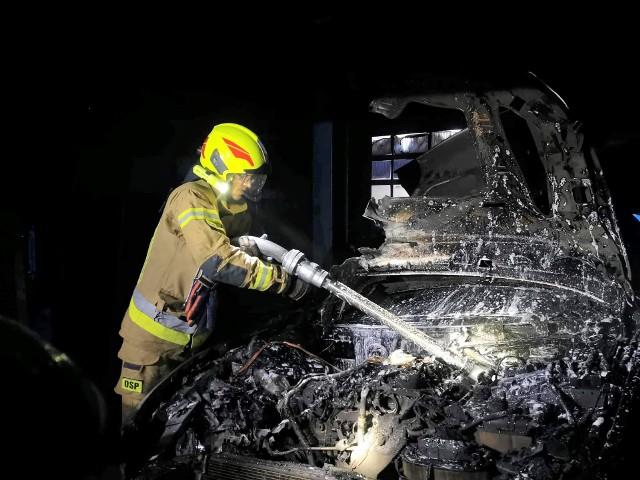 Pożar warsztatu samochodowego w Krzeszowicach. Spłonęły boksy garażowe i samochody