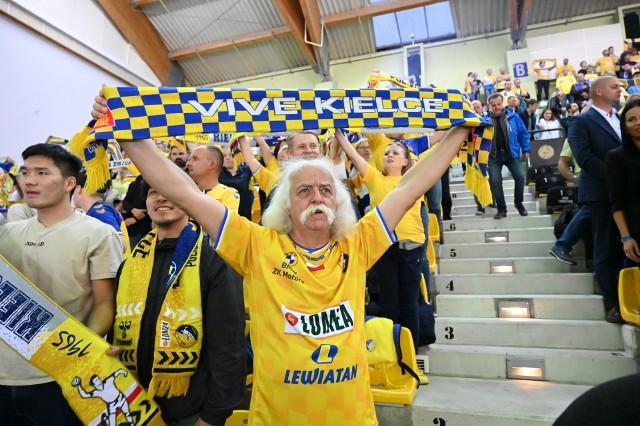 Po znakomitym meczu, piłkarze ręczni Łomża Vive Kielce pokonali 32:29 węgierski Telekom Veszprem. Kibice, którzy po raz pierwszy od równo roku mogli oglądać pojedynek Ligi Mistrzów w Hali Legionów, stworzyli niesamowitą atmosferę. Zobacz na kolejnych zdjęciach >>>, jak dopingowali.Zobacz kolejne zdjęcia. Przesuwaj zdjęcia w prawo - naciśnij strzałkę lub przycisk NASTĘPNE GDZIE SĄ CHŁOPCY Z TAMTYCH LAT, CZYLI CO DZIŚ ROBIĄ BYŁE GWIAZDY VIVE KIELCE [ZDJĘCIA] [B]POLECAMY RÓWNIEŻ:[/B][tabela][tr][td sz=300]IGOR KARACIĆ SIĘ ZARĘCZYŁ. ZOBACZ JEGO PIĘKNĄ WYBRANKĘ[/td][td sz=300]PIĘKNOŚĆ Z UKRAINY. ZOBACZ PARTNERKĘ ARTIOMA KARALIOKA[/td][/tr][td]BYŁY ZAWODNIK VIVE KIELCE JEST CZOŁOWYM POKERZYSTĄ ŚWIATA. WYGRYWA MILIONY DOLARÓW