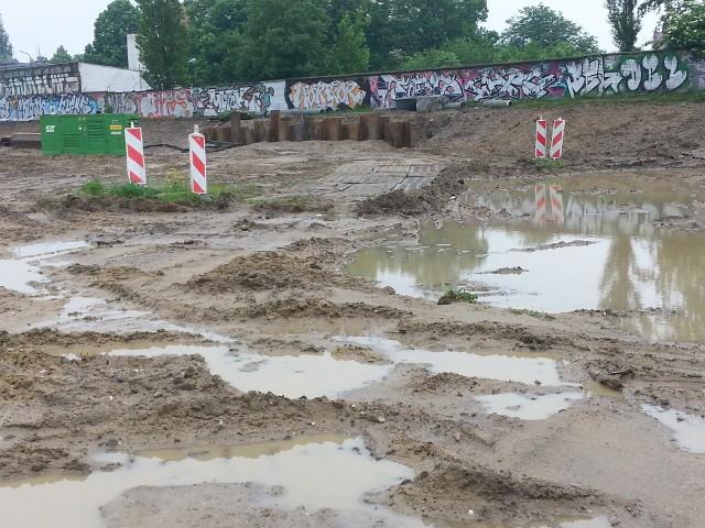 Tak wygląda plac budowy Nowowęglowej po zdjęciu humusu, przed rozpoczęciem osuszania i zagęszczania gruntu