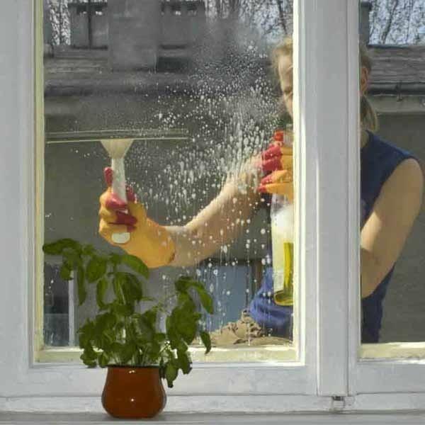 Szyby w oknach nowego typu są ze sobą na stałe zespolone, dlatego nie musimy męczyć się z uciążliwym rozkręcaniem i skręcaniem okien.
