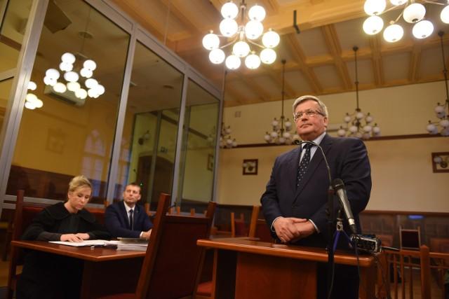 - Poczułem się zagrożony. Odebrałem to jako atak wymierzony we mnie - mówił były prezydent Bronisław Komorowski w Sądzie Okręgowym w Toruniu. Tak zapamiętał wydarzenie z maja 2015 roku, gdy podbiegł do niego 35-letni przeciwnik aborcji z ulotką. Aby przeczytać dalszą część artykułu kliknij strzałkę w prawo na klawiaturze lub na zdjęciu.Zobacz także: W Toruniu ruszył proces ws. usiłowania napaści na prezydenta B. Komorowskiegoźródło: TVN24/x-news