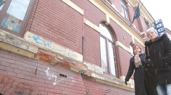Odrapane ściany tzw. Dużej Poczty w Szczecinku robią przygnębiające wrażenie. Państwowa firma nie ma pieniędzy na gruntowny remont. Fot. Rajmund Wełnic