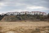 Co dalej z dawną kopalnią iłów w Zesławicach? Na razie jest duży dół, ziemię równają koparki