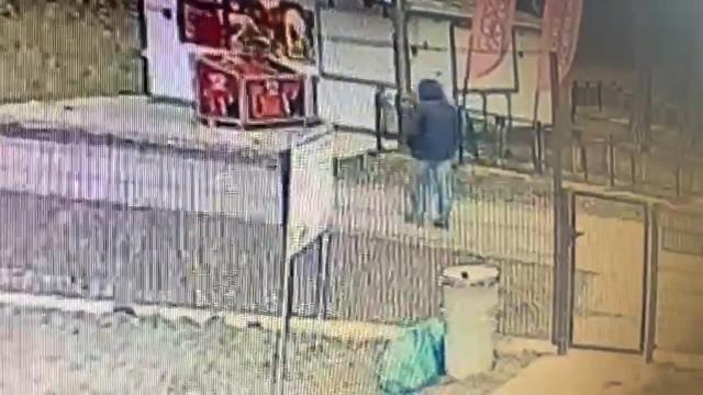 Policja szuka sprawcy ataku, którego wizerunek najpewniej uwieczniły kamery pobliskiego monitoringu.